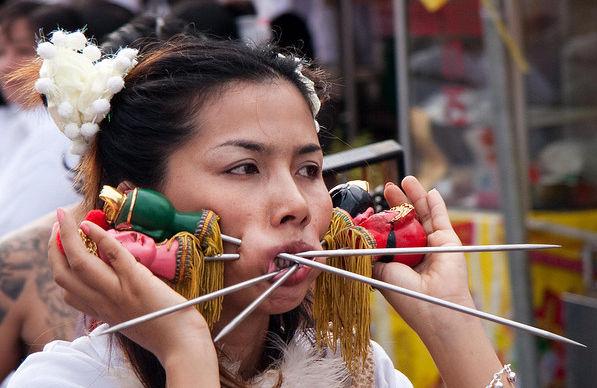 lady-in-phuket-vegetarian-festival1